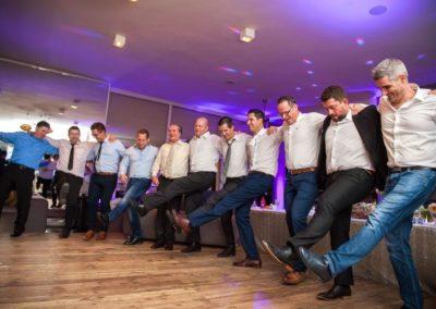 Változatos,énekelhető,táncolható ismert bulizós zene